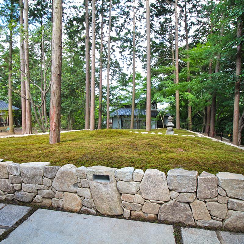 正覚庵の墓苑と白洲屋敷