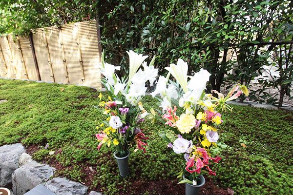 荘厳院の墓参の献花イメージ