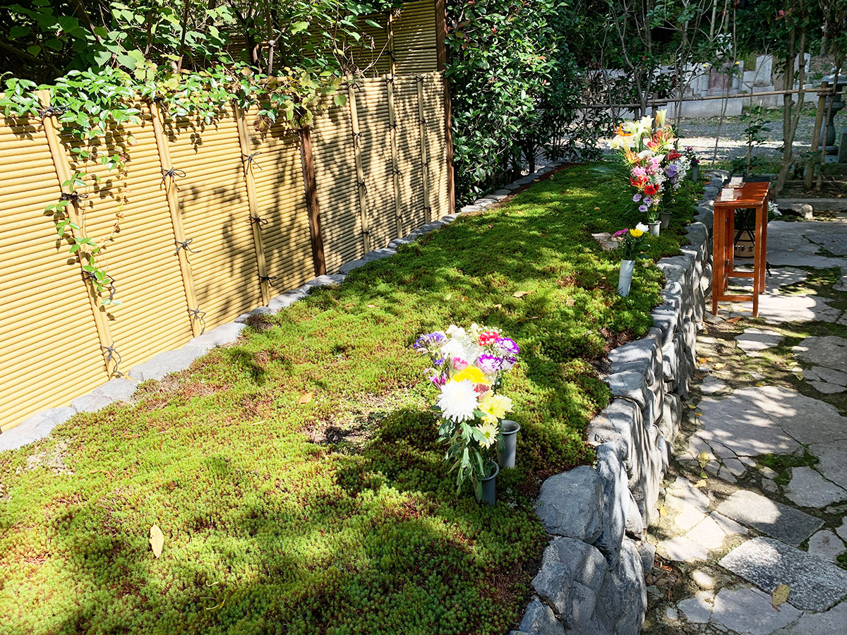 荘厳院の供養祭の墓苑の風景