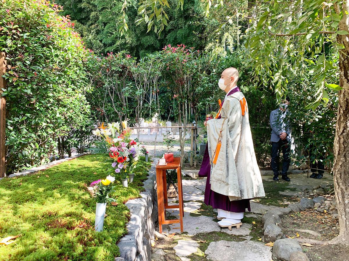 荘厳院の供養祭の墓苑読経