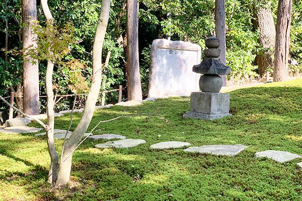 正覚庵の墓苑の中からの風景