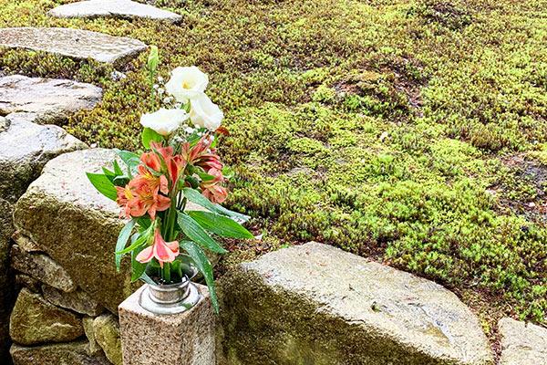 墓苑横の花立