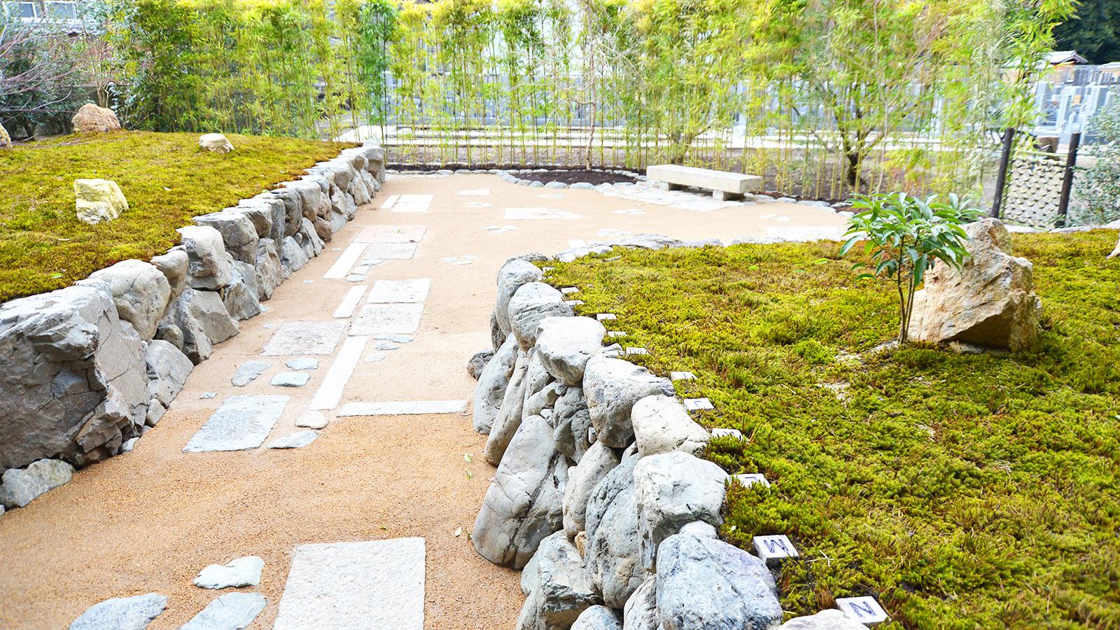 正受院の墓苑の全景